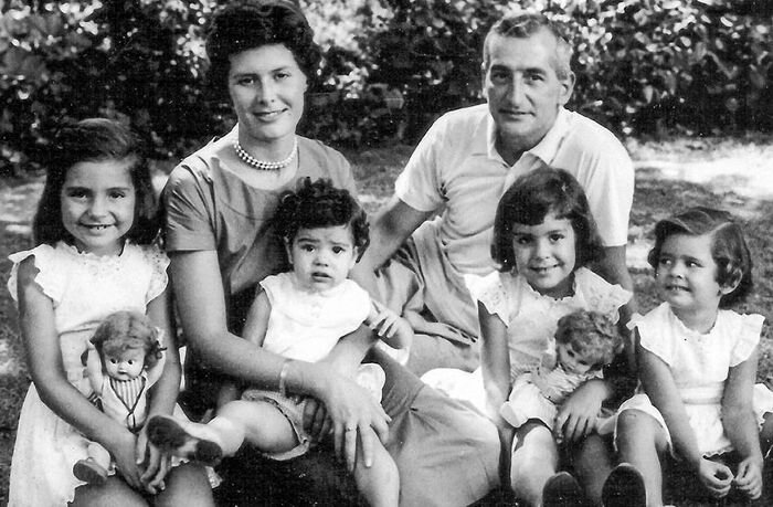 Kuvassa Oesterheld vaimoineen ja heidän neljä tytärtään lapsina